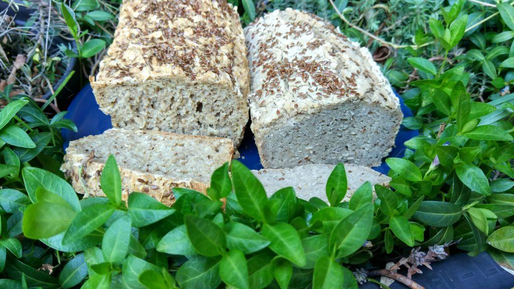 Bezglutenowy chleb gryczano-owsiany na zakwasie z ogórków kiszonych. Prosty i pyszny! Dobry dla osób na diecie bezglutenowej.