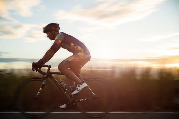 rowerzysta w kasku