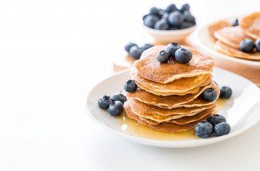 Bananowy pancake z borówkami i miodem
